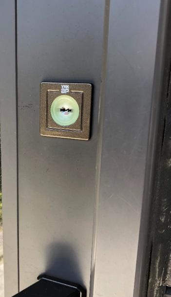 戸先錠の室外側
