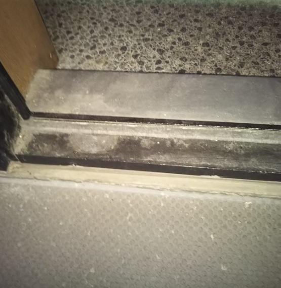 足元の扉枠に隙間を埋める素材