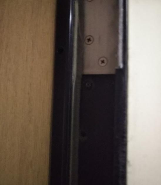 丁番部分の扉枠に隙間を埋める素材